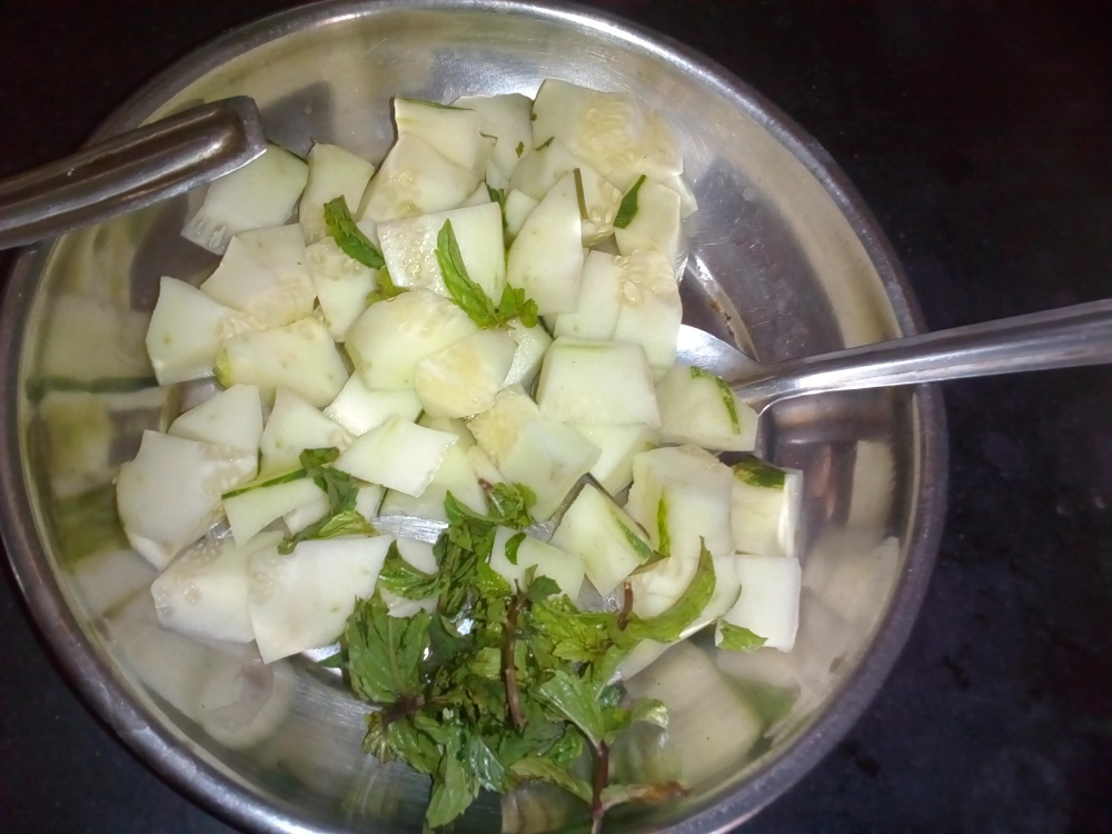 cucumber and pudina for making salad/chhayaonline.com